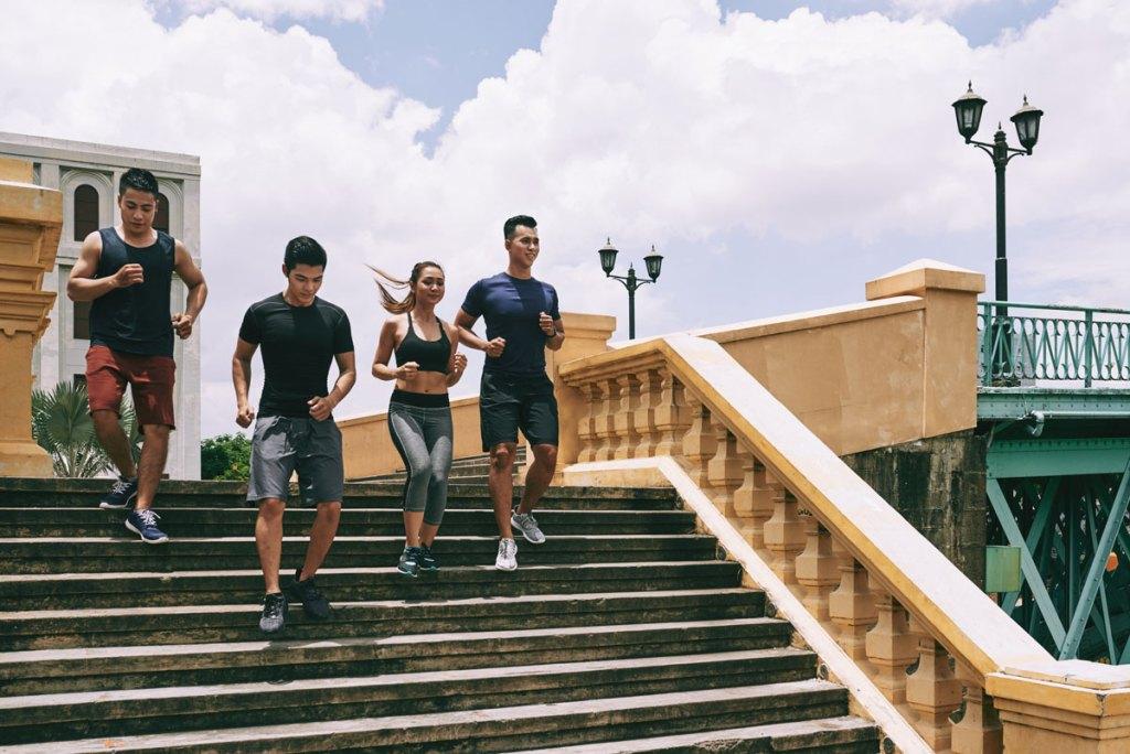 grupo de corredores descendo as escadas