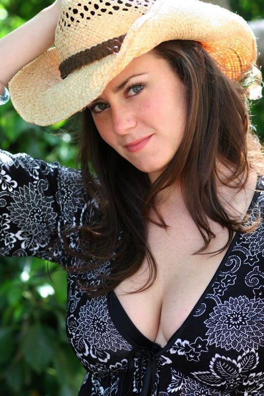 Katie Featherston Bra Size