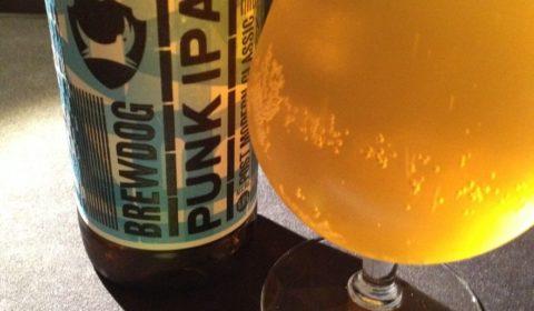 La célèbre Punk IPA de BrewDog, la brasserie punk. Superbement houblonnée, modérément amère mais terriblement fruitée ! Un pur bonheur tout simplement ;)
