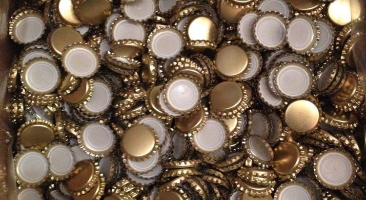 10000 capsules pour bouteilles de bière, ça fait beaucoup quand même ! On dirait des pièces d'or, je me suis pris pour Picsou en les pesant