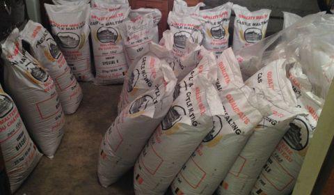 Après avoir étalé tous les sacs regroupés par type de malt pour y avoir accès, il n'y a plus beaucoup de place dans la cave !