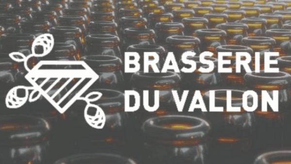 Logo brasserie du Vallon Alsace sur fond de bouteilles