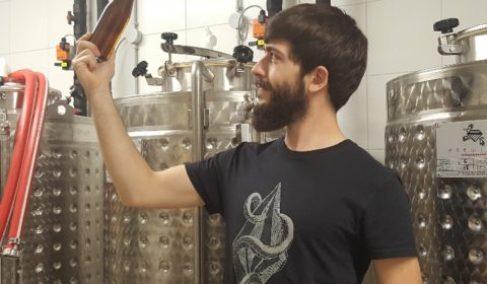 Le brasseur du Vallon, Quentin MANGEL à Mulhouse dans une micro-brasserie artisanale portrait format carré