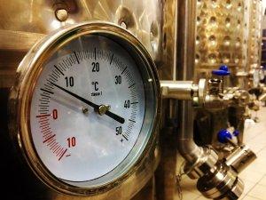 Photo cuverie Belles cuves de fermentation cylindro-coniques de 5hL en inox Polsinelli à la microbrasserie des Halles à Mulhouse - conçue et installée par Quentin MANGEL de la Brasserie du Vallon