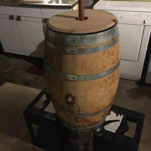Cuve de brassage couverte surélevée sur des caisses pour pouvoir la vidanger - Expérience brassage de bière crue à l'ancienne technique médiévale raw ale - Brasserie du Vallon