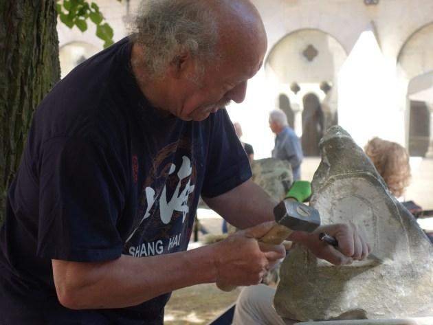 Steinbearbeitung in der ruhigen Atmosphäre des Kreuzganghofes. Foto: Norbert Funke