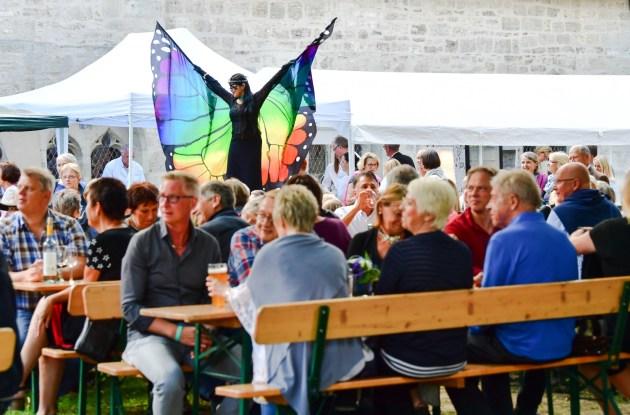 Walking Act zur Unterhaltung des Publikums während der Sommernacht am Kaiserdom. Foto: A. Greiner-Napp / Archiv SBK