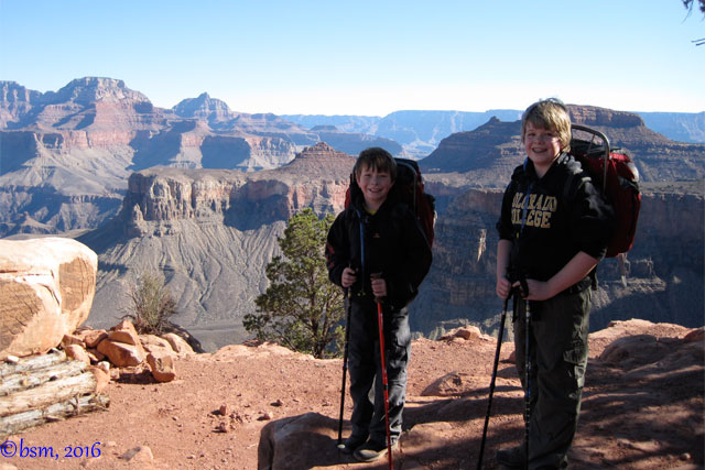 family hiking in the grand canyon