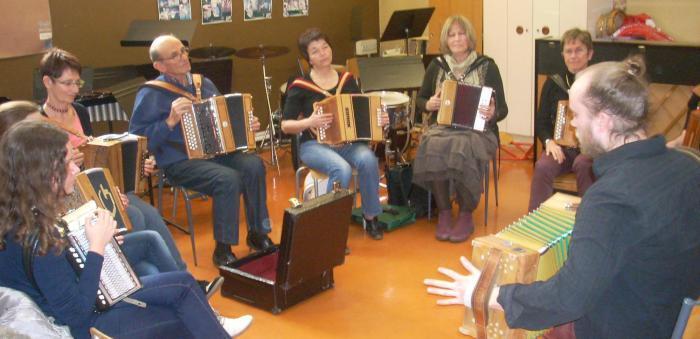 Loïc Etienne anime un stage d'accordéon diatonique dans le Poitou.