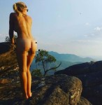 赤裸體驗大自然!正妹女學生全裸穿越澳大利亞