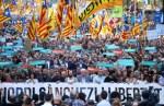 西班牙收回加泰自治權 巴塞隆納45萬人上街抗議
