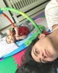 里約女星Carol Castro與女兒Nina共度清晨時光