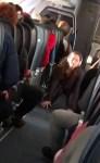 屁股酸!機上乘客走道表演一字馬  乘客驚呆