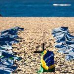 巴西民眾在里約海灘悼念40萬新冠逝者