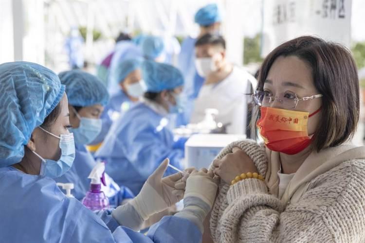 中國國家傳染病醫學中心主任、復旦大學附屬華山醫院感染科主任張文宏表示,「今天疫苗接種的目標定位已經發生了轉變。我們現在沒有辦法通過疫苗接種完全阻擋疾病的傳播,疫苗接種之後的目標主要是把疾病的危害性降到最低的水平」。