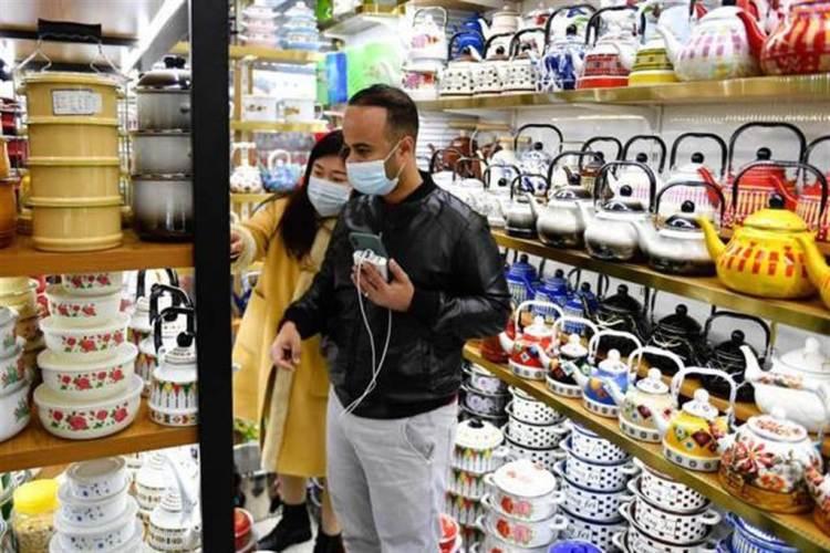 國外客商在義烏國際商貿城選購茶壺。