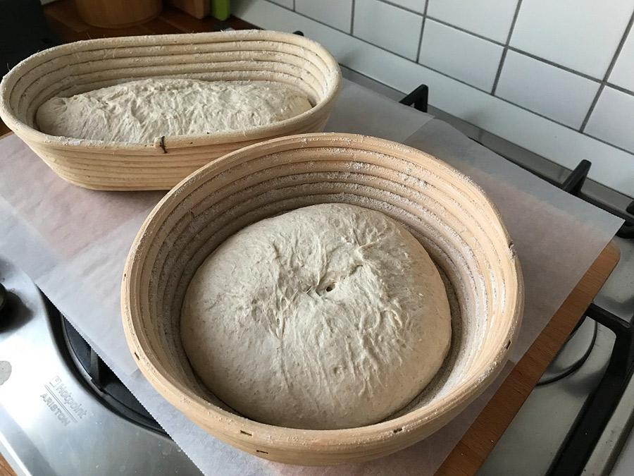 Fotografie cu aluatul de pâine cu maia pus la dospit în două coșuri de trestie (bannetoane).