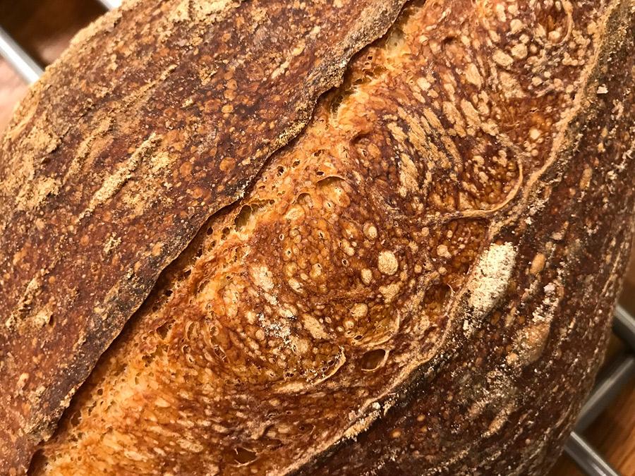 Fotografie cu detaliul basicutelor crustei painii Vermont Sourdough