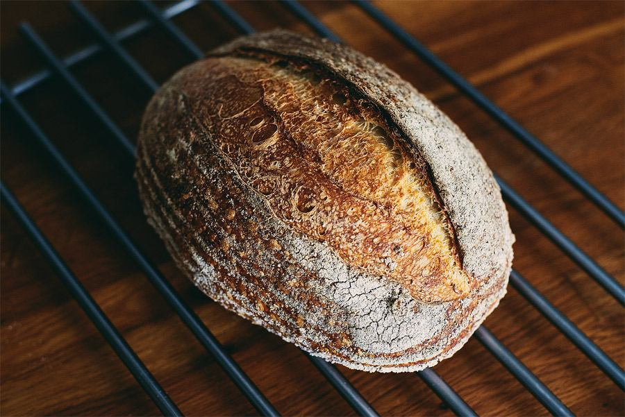 Fotografie cu o pâine cu maia realizata folosind metoda de autoliza extinsa