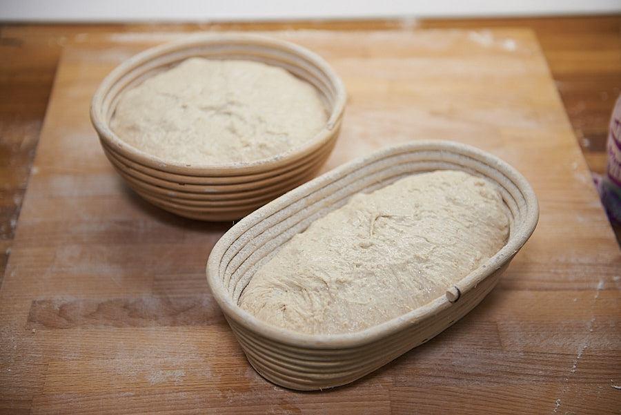 Aluatul de pâine cu maia pus la dospit în bannetoane (coșulețe) de trestie