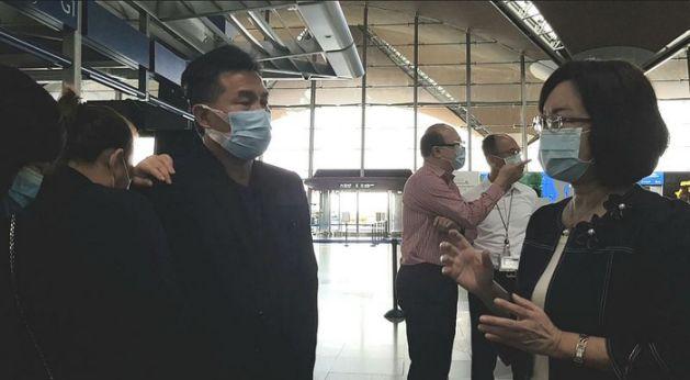 駐馬來西亞代表洪慧珠(右1)前往機場慰問長榮大學馬來西亞籍遇害鍾姓女學生的父母。鍾母(左2)一時悲從中來,伏在鍾父(左3)肩上流淚。