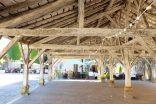 Une halle couverte avec une structure en bois et des poutres apparentes
