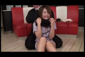 三津谷真希の首絞め動画。悶絶して苦悶の表情を見せる。畏怖と恐怖の顔もいい