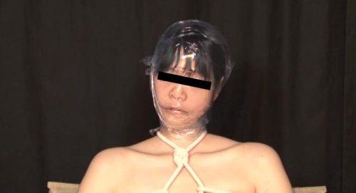 人間真空パックで呼吸制御プレイをするエロ動画。プレイ内容は拘束状態で真空パックの他緊縛全頭マスクなどで窒息させるAV