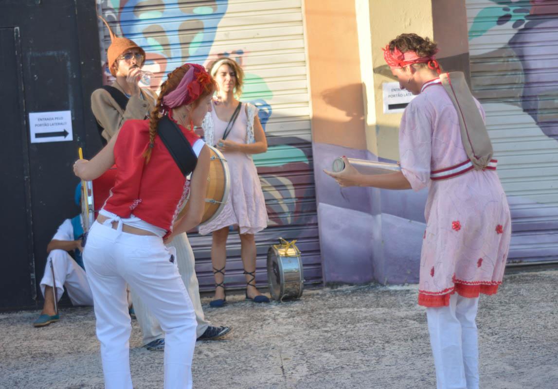 Assistindo o cortejo do Boi Galado do Clowns de Shakespeare