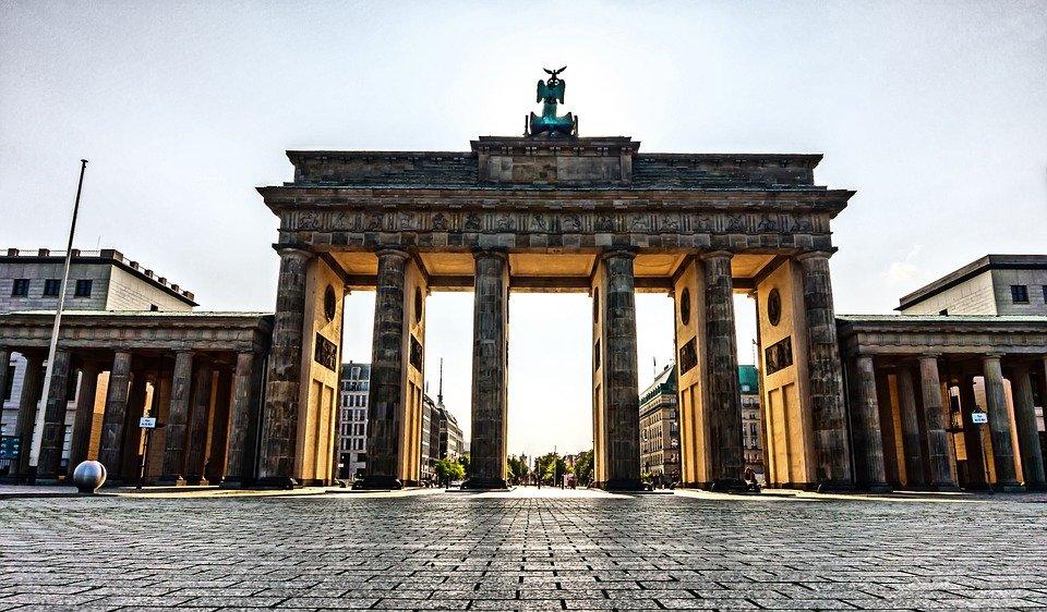 Photo of the Brandenburg Gate with nobody around.
