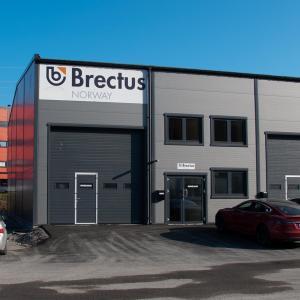 Skilt på bygning og facade fra Brectus