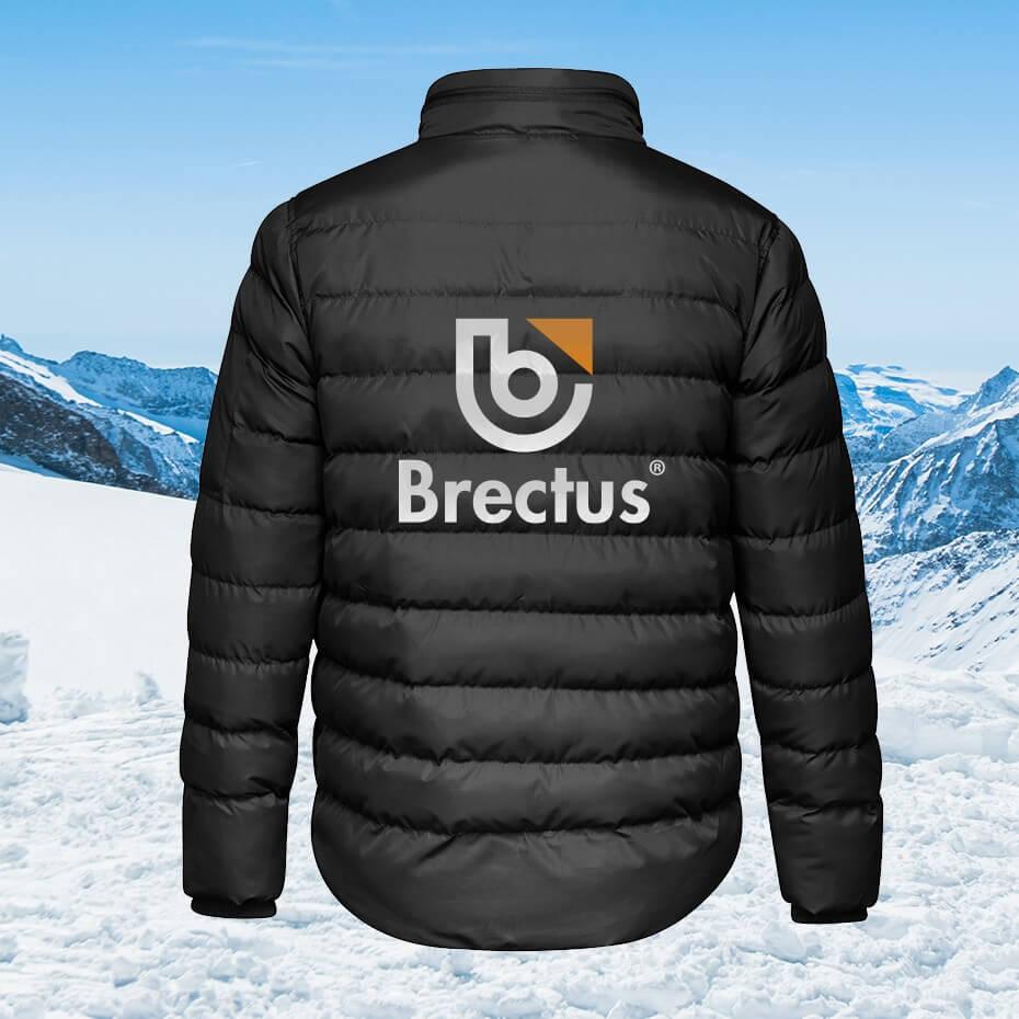 Brectus vinterjakke med logo i vintermiljø