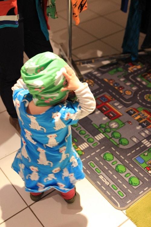 Meine Me&i party bei uns zuhause - Kleidung für Mama und Kind kaufen! K trägt Kleid und Mütze!