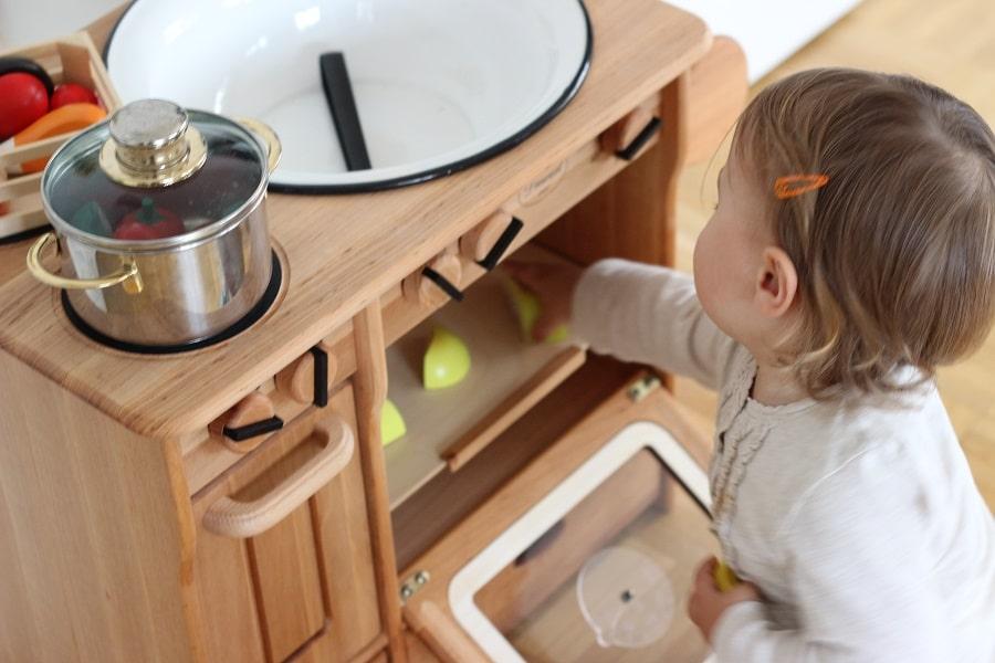 Freitagslieblinge: K spielt mit ihrer Holzküche von Livipur