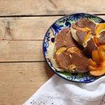 Pfirsich-Pfannkuchen mit Kokosmehl oder ein leckeres Sommer-Frühstück