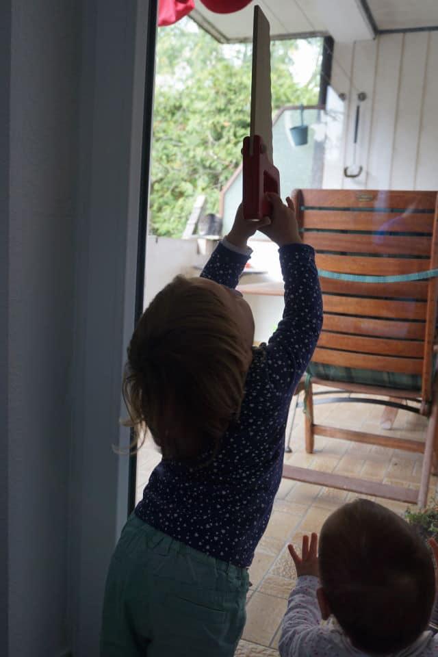 Säge aus Holz zum Spielen an der Werkbank für Kinder