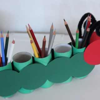 Stiftehalter basteln aus Klopapierrollen - die kleine Raupe Nimmersatt