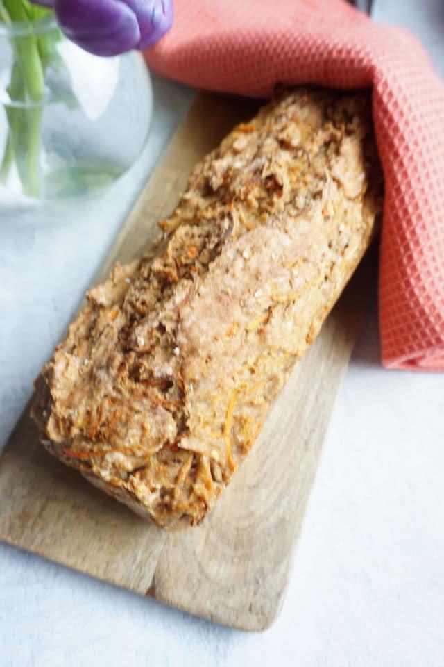selbstgebackenes Brot auf einem Holzbrett - Brot für Baby und Kleinkinder ohne Salz mit Möhren