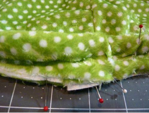 repliez le tissu en place autour du cordon et épinglez
