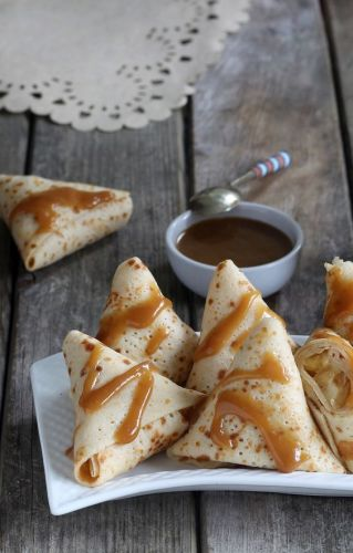 Triangles de crêpes aux pommes, sauce caramel au rhum