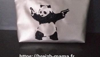 Trousse brodée Panda armé (1)