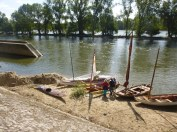 la grève sablonneuse devant l'écluse du Canal d'Orléans