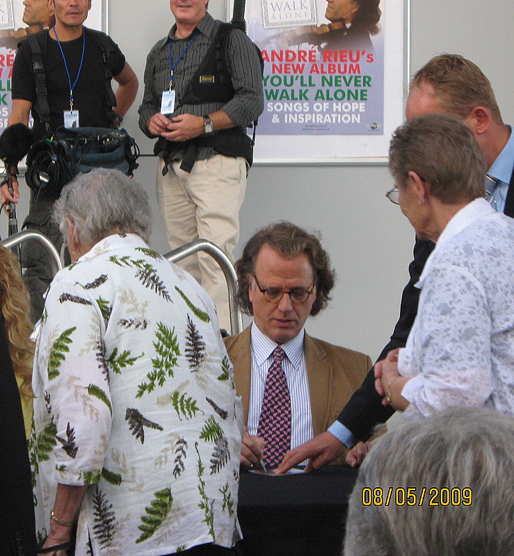 Andre Rieu signing autographs