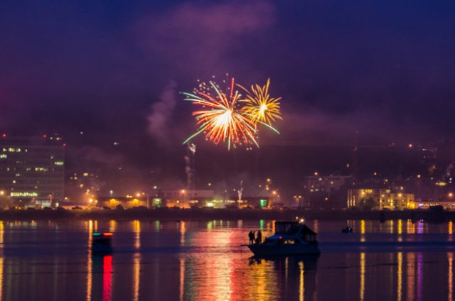 Jueau's harbor: boats and fireworks.