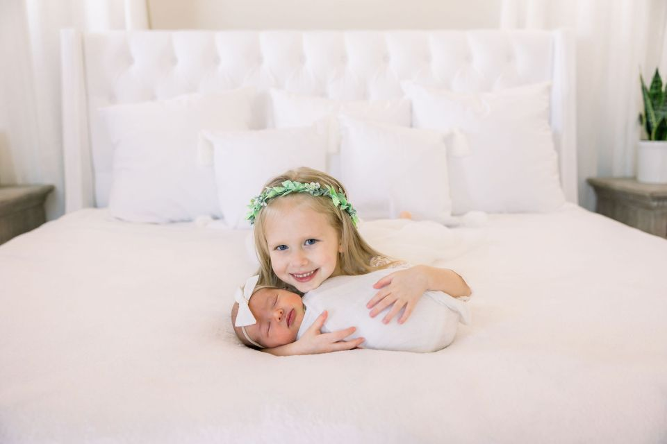 Kinzly with her baby sister, Sahara | Brenna Heater Photography