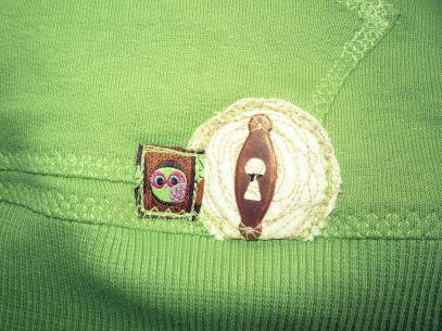 Eule neben Schlüsselloch auf dem grünen Kapuzenpullover