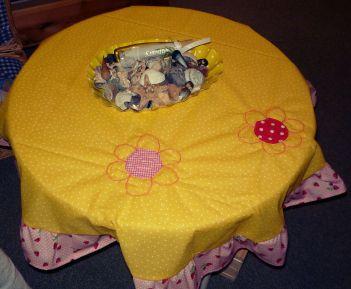 gelbe Kinder-Tischdecke mit Blumen und Erdbeeren (1)