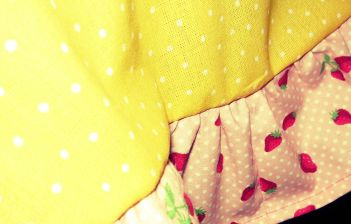gelbe Kinder-Tischdecke mit Blumen und Erdbeeren (3)