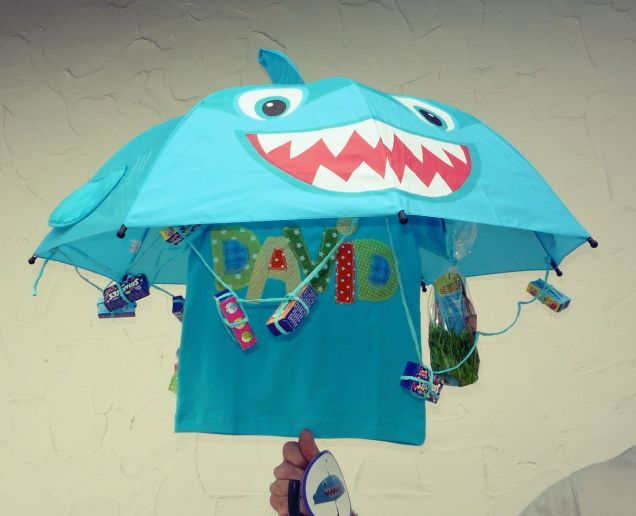 Haifisch-Schirm mit T-Shirt, Smarties und Badeutensilien, Geburtstagsgeschenk