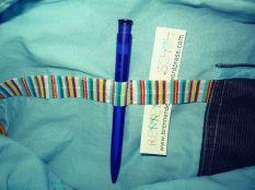 Befestigungsgummis in der Tasche für Kugelschreiber, Tampons, Kleinkram